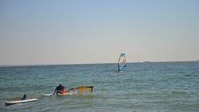 Mooie luchtmening van windsurfers die op blauwe overzees varen De grote wind die voor uiterste wordt gemaakt stock video