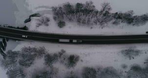 Mooie luchtvideo van bevroren ijsmeer en weg in Zweden, Scandinavië stock video