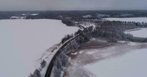 Mooie luchtvideo van bevroren ijsmeer en weg in Zweden, Scandinavië stock videobeelden