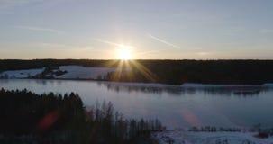 Mooie luchtvideo van bevroren ijsmeer in Zweden, Scandinavië stock video