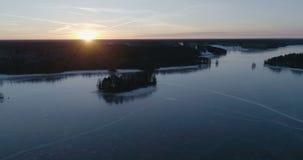 Mooie luchtvideo van bevroren ijsmeer in Zweden, Scandinavië stock videobeelden