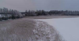 Mooie luchtvideo van bevroren ijsmeer in Zweden, Scandinavië stock footage