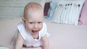 Mooie 9 maanden oud baby na douche die op bed kruipen stock video