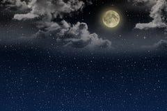 Mooie magische blauwe nachthemel met wolken en fullmoon en sterren Stock Afbeelding