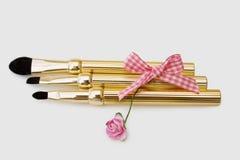 Mooie make-upborstels die met het knippen van weg worden geplaatst Royalty-vrije Stock Foto's