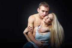 Mooie man die een vrouw koesteren geïsoleerd schot Stock Fotografie
