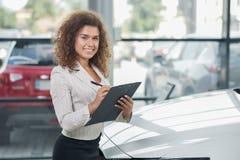 Mooie manager van het autohandel drijven het stellen met omslag royalty-vrije stock afbeelding