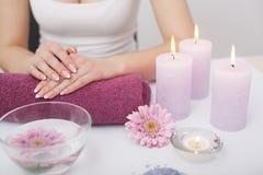 Mooie manicure met orchidee, kaars en handdoek op witte wo Stock Foto's