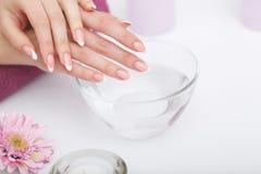 Mooie manicure met orchidee, kaars en handdoek op witte wo Royalty-vrije Stock Foto
