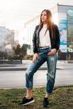 Mooie manier jonge vrouw bij boulevard in stedelijk landschap, de stad in royalty-vrije stock afbeeldingen