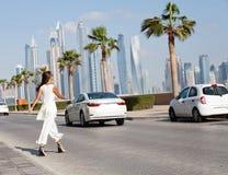 Mooie manier jonge vrouw die op de straat van Doubai lopen royalty-vrije stock afbeelding
