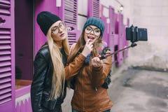 Mooie maniermeisjes openlucht Stock Foto's