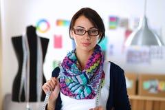 Mooie manierontwerper die zich in studio bevinden Stock Fotografie