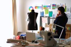 Mooie manierontwerper die zich in studio bevinden Stock Afbeeldingen