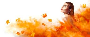 Mooie maniervrouw in de herfst gele kleding met dalende bladeren royalty-vrije stock afbeeldingen
