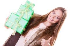 Mooie maniervrouw met dozengiften Verjaardag Stock Foto