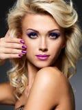 Mooie maniervrouw met manicure en make-up stock foto's