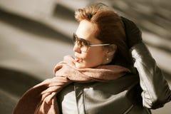 Mooie maniervrouw in zonnebril openlucht Stock Afbeelding