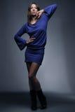 Mooie mannequin in blauw op donkere achtergrond Royalty-vrije Stock Afbeeldingen