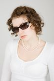 Mooie mannequin die zonnebril draagt Royalty-vrije Stock Foto