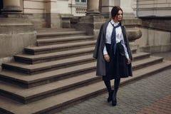 Mooie Mannequin In Fashionable Clothing op de Straat royalty-vrije stock afbeelding