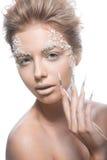Mooie mannequin met lange spijkers, creatief make-up en manicureontwerp Het art. van het schoonheidsgezicht Stock Foto's
