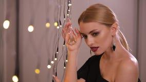 Mooie mannequinspelen met elektrische slinger, langzame motie stock footage
