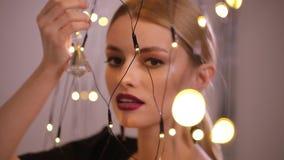 Mooie mannequinspelen met elektrische slinger, langzame motie stock video