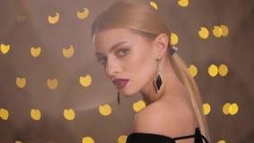 Mooie mannequinspelen met haar luxeoorringen, langzame motie stock footage