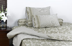 Mooie matras en beddegoedreeks Stock Afbeeldingen