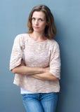 Mooie medio volwassen vrouw met gekruiste wapens Royalty-vrije Stock Afbeeldingen