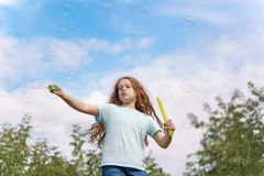 Mooie Meisje blazende zeepbels in de zomer openlucht royalty-vrije stock afbeeldingen