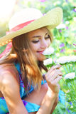 Mooie meisje en bloemen Stock Afbeeldingen