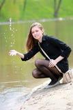 Mooie meisje en de lente bij de rivier Royalty-vrije Stock Foto's