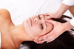 Mooie meisje en schoonheidsspecialist. Gezichts massage. royalty-vrije stock afbeelding