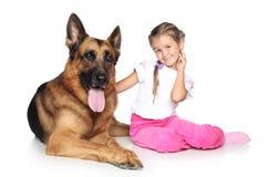Mooie meisje en van de Duitse herder hond Royalty-vrije Stock Afbeeldingen