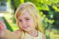 Mooie meisje genomen beelden van zelf haar royalty-vrije stock foto's