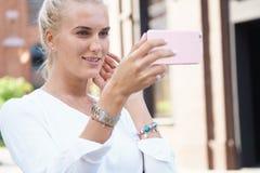 Mooie meisje genomen beelden van zelf haar stock fotografie
