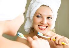 Mooie meisje het borstelen tanden Stock Afbeelding