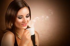 Mooie meisje het drinken koffie Stock Afbeeldingen