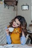 Mooie meisje het drinken thee Royalty-vrije Stock Afbeeldingen