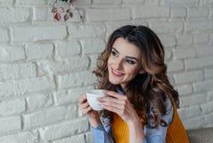 Mooie meisje het drinken thee Stock Afbeeldingen