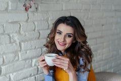 Mooie meisje het drinken thee Stock Foto