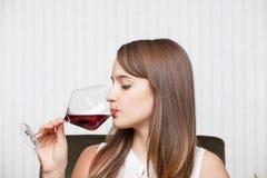 Mooie meisje het drinken wijn Stock Afbeelding