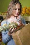 Mooie meisje het kopen ananas Stock Fotografie