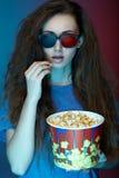 Mooie meisje het letten op film met 3d glazen Royalty-vrije Stock Foto's