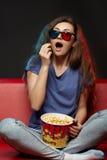Mooie meisje het letten op film met 3d glazen Stock Fotografie