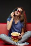 Mooie meisje het letten op film met 3d glazen Royalty-vrije Stock Foto