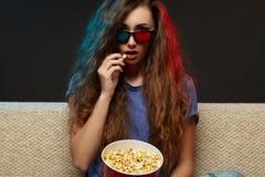 Mooie meisje het letten op film met 3d glazen Royalty-vrije Stock Fotografie