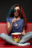 Mooie meisje het letten op film met 3d glazen Royalty-vrije Stock Afbeeldingen